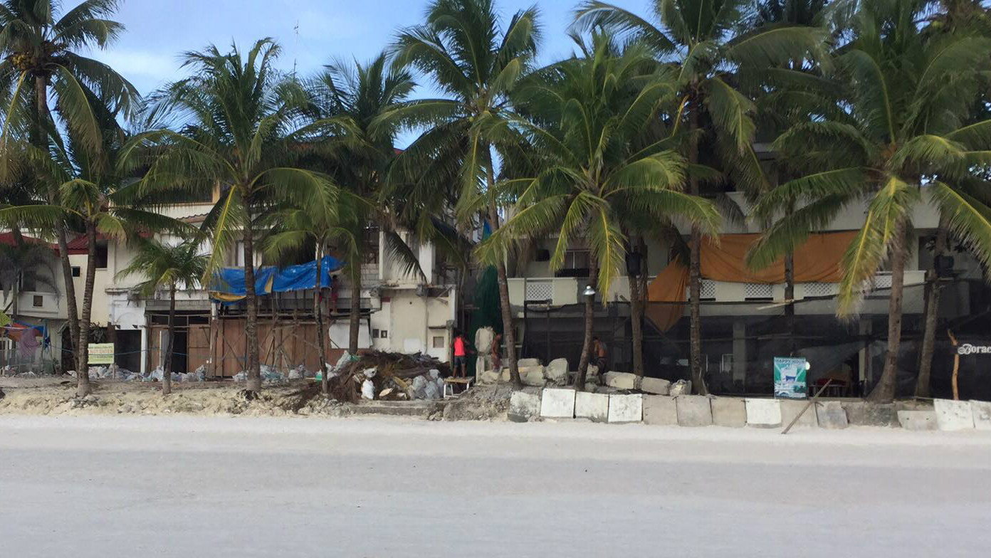 UNDER CONSTRUCTION. Some establishments along Boracay's White Beach in Station 1 are still under construction. Photo from Net Sacapano