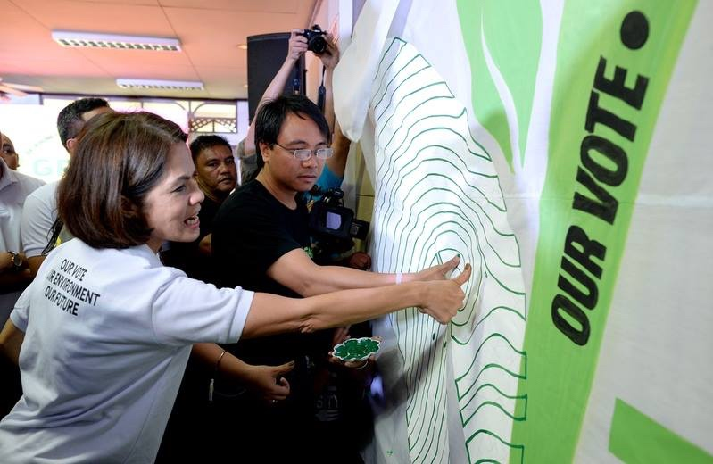GREEN THUMB. Greenpeace Southeast Asia Executive Director Naderev 'Yeb' Sano (R) and ABS-CBN Lingkod Kapamilya Foundation, Inc Chairman Gina Lopez (L) press their thumbs on the Green Thumb Coalition banner during the network's launch held in UP Diliman on February 5, 2016. Photo by Greenpeace Philippines