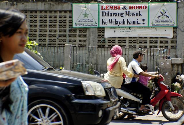 Spanduk penolakan terhadap lesbi dan homo terpasang di daerah Cigondewah Bandung, Jawa Barat, Rabu, 27 Januari 2016. Foto oleh Agus Bebeng/ANTARA
