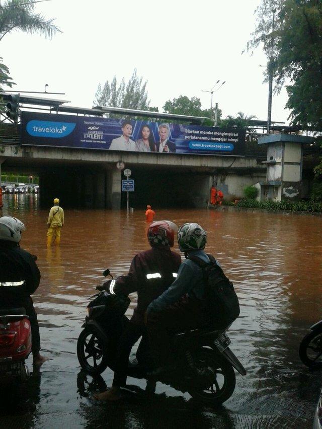 BANJIR. Situasi di terowongan Dukuh Atas pada Senin, 11 Desember yang terendam air pasca diguyur hujan deras. Foto diambil dari  akun @TMCPoldaMetro