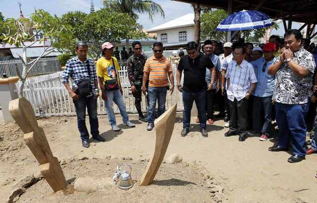 DEAD. Local officials visit the grave of Andal Ampatuan Sr. File photo by Jeff Maitem/Rappler
