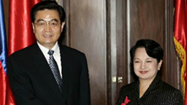 STRONG TIES. President Gloria Macapagal Arroyo welcomes Chinese President Hu Jintao in the latter's state visit to the Philippines in 2005. Photo courtesy of the Chinese embassy in the Philippines