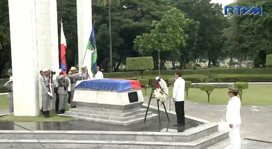 TRIBUTE TO HEROISM. President Rodrigo Duterte stands before the Tomb of the Unknown Soldier during National Heroes Day rites at the Libingan ng mga Bayani on August 27, 2018. RTVM screenshot