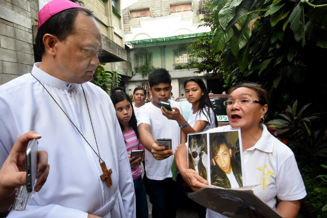 EXTRAJUDICIAL KILLINGS. Kalookan Bishop Pablo Virgilio David listens to a woman lamenting extrajudicial killings (EJKs) in her community, after a Mass for EJK victims on July 2, 2017. Photo by Angie de Silva/Rappler