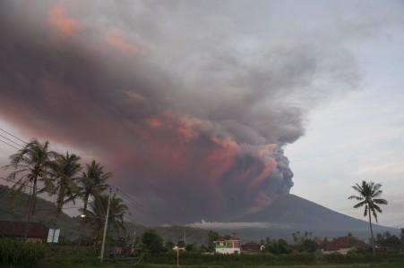 Asap dan abu vulkanis menyembur dari kawah Gunung Agung pascaletusan freatik kedua, terpantau dari Desa Culik, Karangasem, Bali, Minggu (26/11). FOTO oleh ANTARA/Nyoman Budhiana