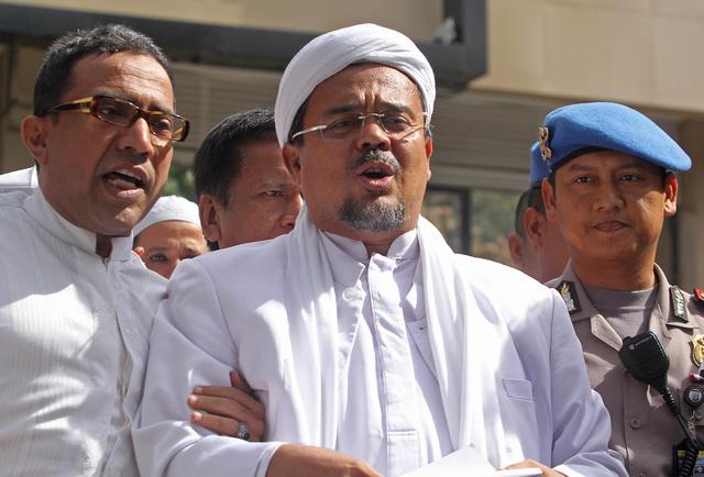 Pimpinan FPI Rizieq Shihab memberikan keterangan kepada wartawan usai menjalani pemeriksaan di Polda Metro Jaya, Jakarta, pada 23 Januari 2017. Foto oleh Reno Esnir/ANTARA