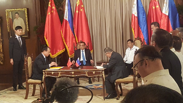 SEALED. Chinese Premier Li Keqiang and Philippine President Rodrigo Duterte witness the inking of 14 deals including the Panda bond areement in Malacau00f1ang on November 15, 2017. File Photo by Pia Ranada/Rappler