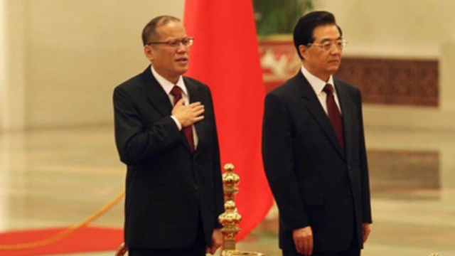 DELICATE RELATIONS. President Benigno Aquino III meets with Chinese President Hu Jintao in a state visit to China in 2011. Malacau00f1ang file photo