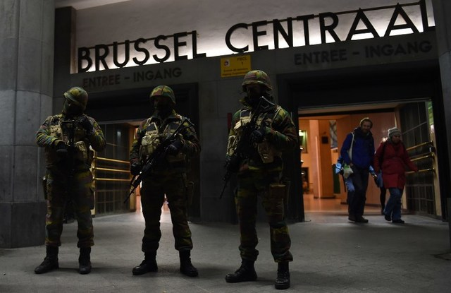 ON ALERT. Soldiers stand guard in front of the central train station on November 22, 2015 in Brussels, as the Belgian capital remained on the highest security alert level over fears of a Paris-style attack. Emmanuel Dunand / AFP