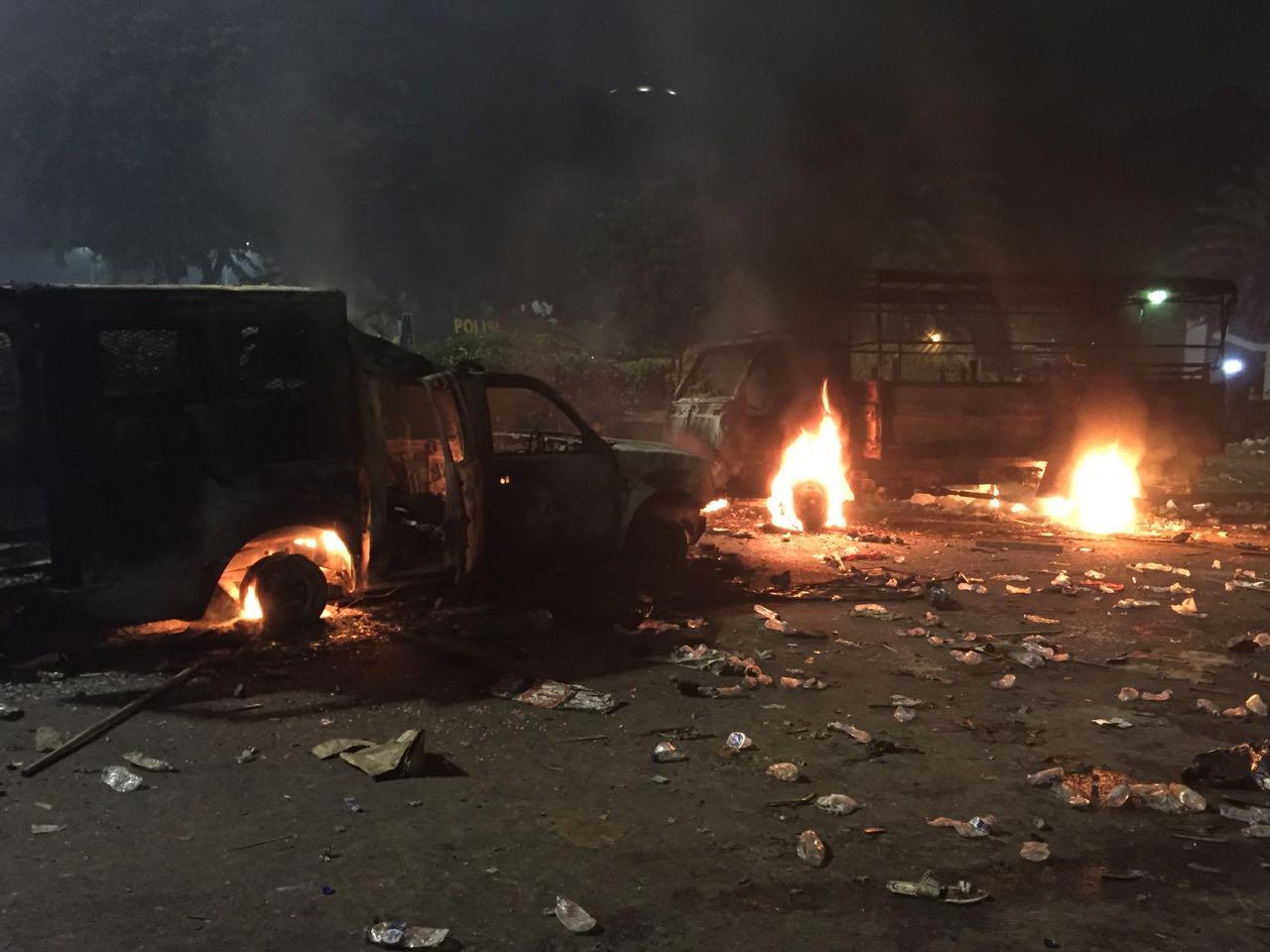 Dua truk Brimob dibakar massa di depan Istana Merdeka, Jumat (4/11). Foto oleh Santi Dewi/Rappler