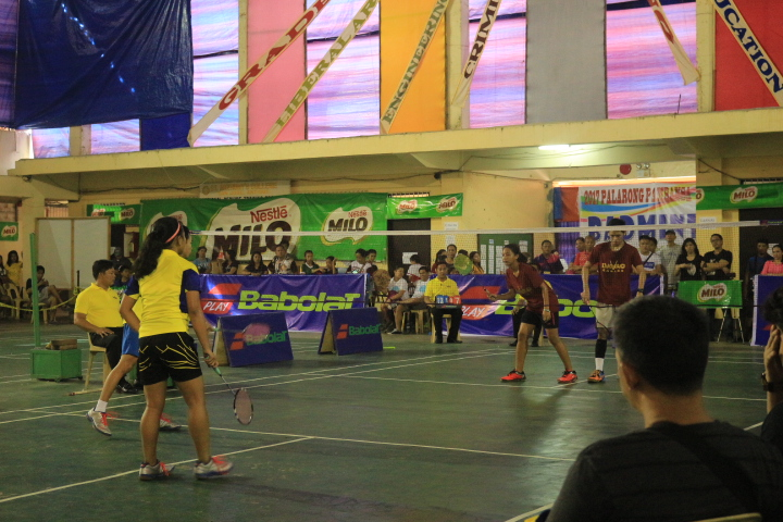 MIND OVER MATTER. The Central Visayas (left) battle it out against Davao Region to win their third straight title in Palarong Pambansa badminton mixed doubles. Photo by Kenneth Duran/ Rappler