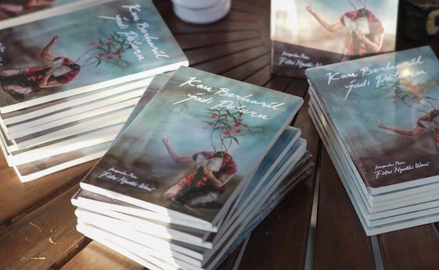 BUKU KEDUA. 'Kau Berhasil Jadi Peluru' adalah buku kumpulan puisi Fitri Nganthi Wani yang kedua. Kumpulan puisi yang pertama, berjudul 'Selepas Bapakku Hilang', diluncurkan di Taman Ismail Marzuki Jakarta pada 2009. Foto dari panitia peluncuran buku