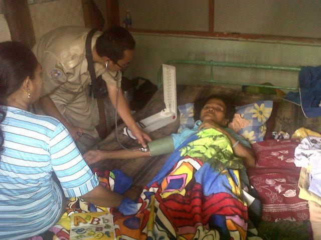 Nenek Asyani yang sedang mendapat tuduhan pencurian kayu di Situbondo diperiksa oleh petugas kesehatan di rumahnya, Selasa, 17 Maret 2015. Foto oleh Oryza Wirawan/Rappler