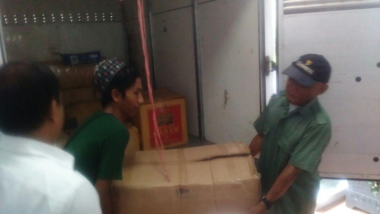 Petugas mengangkat obat terlarang pil PCC di gudang tersangka Alexander di Makassar, Sulawesi Selatan. Foto oleh Syarifah Fitriani/Rappler