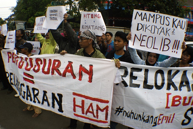TOLAK PENGGUSURAN. Ilustrasi warga menolak penggusuran tempat tinggalnya. Foto oleh Agus Bebeng/ANTARA