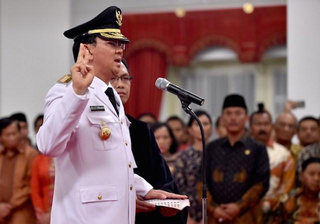 Basuki u2018Ahoku2019 Tjahaja Purnama saat membacakan sumpah jabatan sebagai Gubernur DKI Jakarta sisa masa jabatan 2012-2017, pada 19 November 2014. Foto oleh Bay Ismoyo/AFP