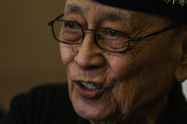 FVR. Former president Fidel V Ramos lauds journalist Manny Mogato, whom he has known since he was defense chief. File photo by Lito Boras/Rappler