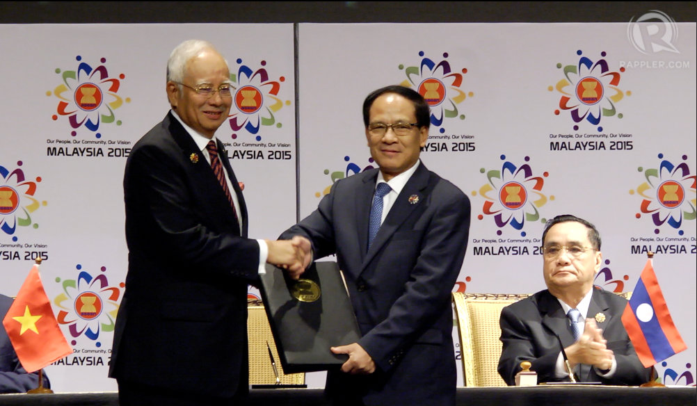 SIGNED, DELIVERED. ASEAN chairman and Malaysian Prime Minister Najib Razak gives the signed ASEAN declaration to ASEAN Secretary-General Le Luong Minh.