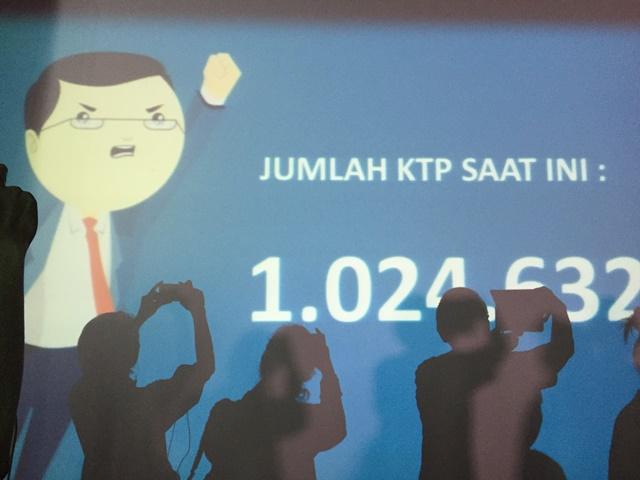 KUMPUL KTP. Relawan gerakan Teman Ahok tengah mengambil foto mengenai jumlah total KTP yang terkumpul dari warga DKI Jakarta setelah 4 bulan bergerilya. Pada Minggu, 19 Juni, Teman Ahok mengklaim telah mengumpulkan lebih dari 1 juta KTP. Foto oleh Santi Dewi/Rappler