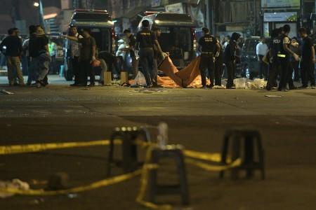 Sejumlah personil Inafis dan Labfor Polri melakukan olah tempat kejadian perkara di lokasi ledakan di Terminal Kampung Melayu, Jakarta Timur, Kamis (25/5) dini hari. Foto oleh Sigid Kurniawan/ANTARA
