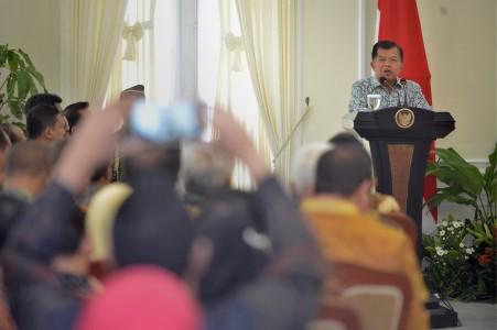 Wapres Jusuf Kalla memberikan arahan saat penganugerahan pemeringkatan Badan Publik (BP) dan Keterbukaan Informasi Publik tahun 2016 di Istana Wapres, Jakarta, Selasa (20/12). Foto oleh Yudhi Mahatma/ANTARA