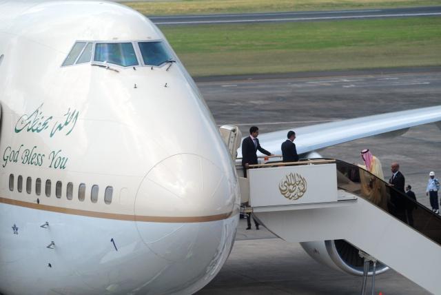 TINGGALKAN BALI. Raja Arab Saudi, Salman bin Abdulaziz al Saud (ketiga kiri) menaiki pesawat di Bandar Udara I Gusti Ngurah Rai, Bali, Minggu, 12 Maret. Raja Salman meninggalkan Pulau Bali usai berlibur selama sembilan hari. Foto oleh Wira Suryantala/ANTARA