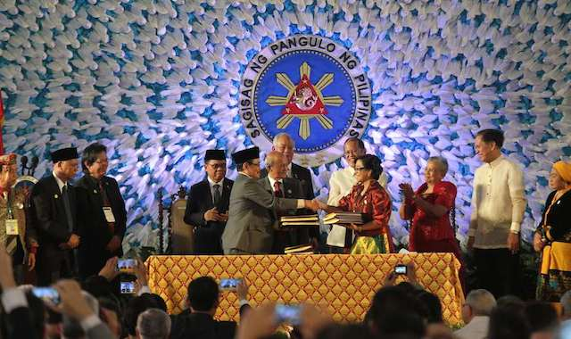 REGAIN PUBLIC TRUST. A file photo of the signing of the peace agreement between the Philippine government and the Moro Islamic Liberation Front in March 2014.  Malacau00f1ang Photo Bureau