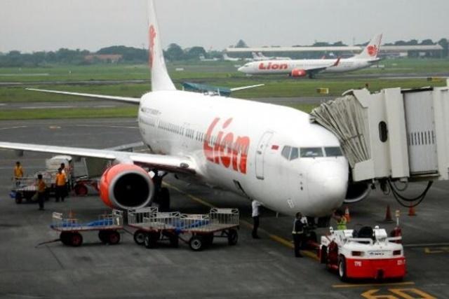 DELAY PANJANG. Lima penerbangan maskapai Lion Air mengalami penundaan penerbangan yang panjang sehingga menyebabkan penumpang memblokir eskalator penghubung di terminal 1A Bandara Soekarno-Hatta. Foto oleh ANTARA
