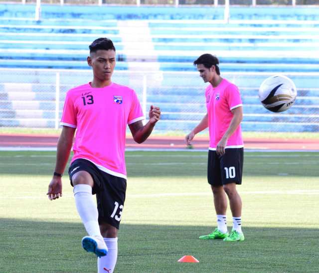 Dennis Villanueva (L) strikes the ball with Phil Younghusband in the background. Photo by Bob Guerrero