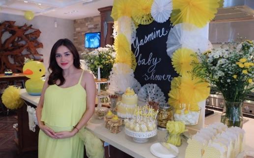 Yasmine Wildblood dalam acara 'baby shower' beberapa pekan sebelum kelahiran putrinya, Seraphina Rose. Foto dari Instagram/@yaswildblood