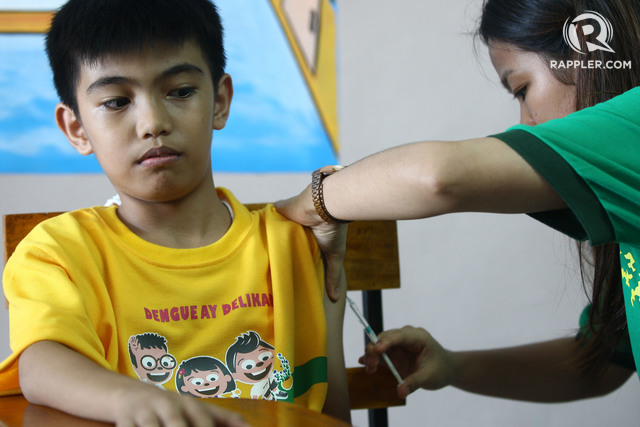 ANTI-DENGUE VACCINE. Health workers from the Department of Health administer anti-dengue vaccine to a student in an elementary school in Marikina City on April 4, 2016. File Photo by Ben Nabong/Rappler