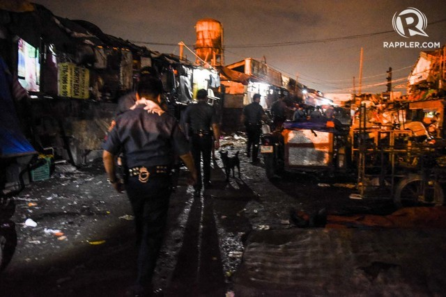 DRUG OPERATION. Police swoop down on a temporary housing resettlement in Tondo, Manila just after sundown. Photo by Alecs Ongcal/Rappler