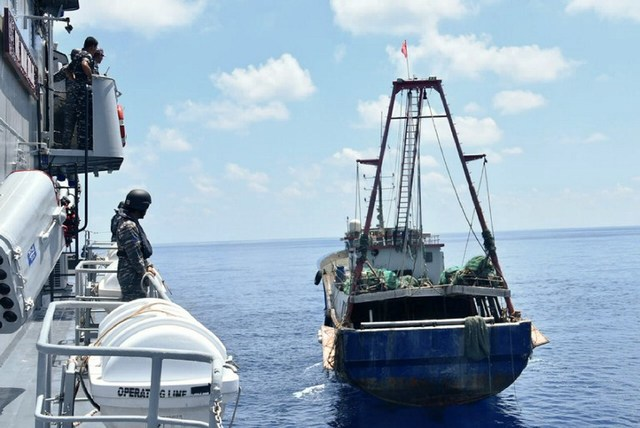 HOT SPOT. The incident happens two days after Indonesian President Joko Widodo visited the remote Natuna Islands. This photo shows Indonesian War Ship KRI Imam Bonjol-363 (L) approaching a Chinese fishing boat (R) in Natuna waters. File Photo/ Indonesian Navy/AFP