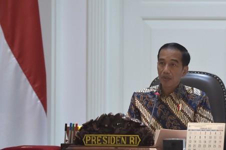 Presiden Joko Widodo memimpin rapat terbatas tentang perlindungan konsumen di Kantor Presiden, Jakarta, Selasa (21/3). Foto oleh Rosa Panggabean/ANTARA