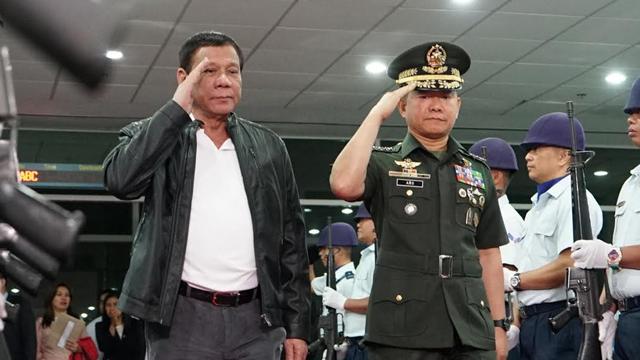 AFP CHIEF. General Eduardo Au00f1o (right) can't be DILG chief as President Rodrigo Duterte (left) intended. File photo