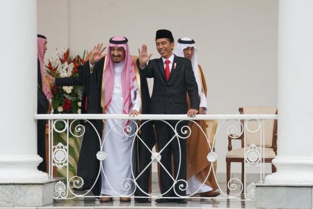 PEMBICARAAN BILATERAL. Raja Saudi, Salman bin Abdulaziz Al Saud melambaikan tangan kepada media ketika akan melakukan pembicaraan bilateral dengan Presiden Joko u0022Jokowiu0022 Widodo. Foto diambil dari akun Twitter @setkabgoid