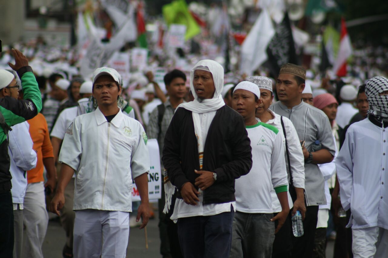 Massa FPI saat berunjuk rasa di depan Mabes Polri, Senin (16/1). Foto oleh Diego Batara/Rappler