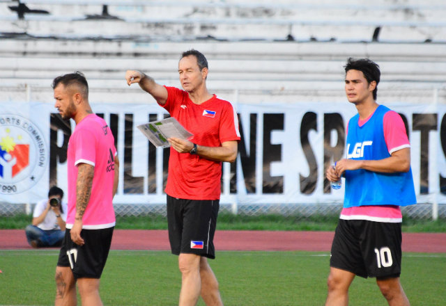 Thomas Dooley calls out instructions as Stephan Schrock (L) and Phil Younghusband (R) stand nearby. Photo by Bob Guerrero