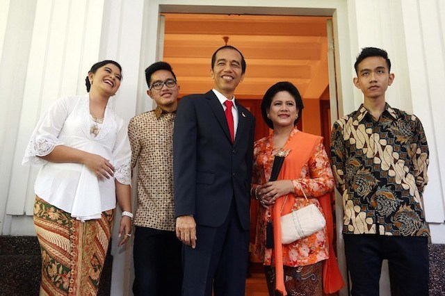 LOW KEY. Indonesia's President Joko Widodo (center) stands with First Lady Iriana (4th L), son Gibran Rakabuming (5th L), daughter Kahiyang Ayu (L) and Kaesang Pangarep (2nd L) for an unofficial portrait of Indonesia's First Family at the Jakarta governor's residence on October 20, 2014 shortly before the official inauguration at the parliament. File photo by Ramdani/AFP
