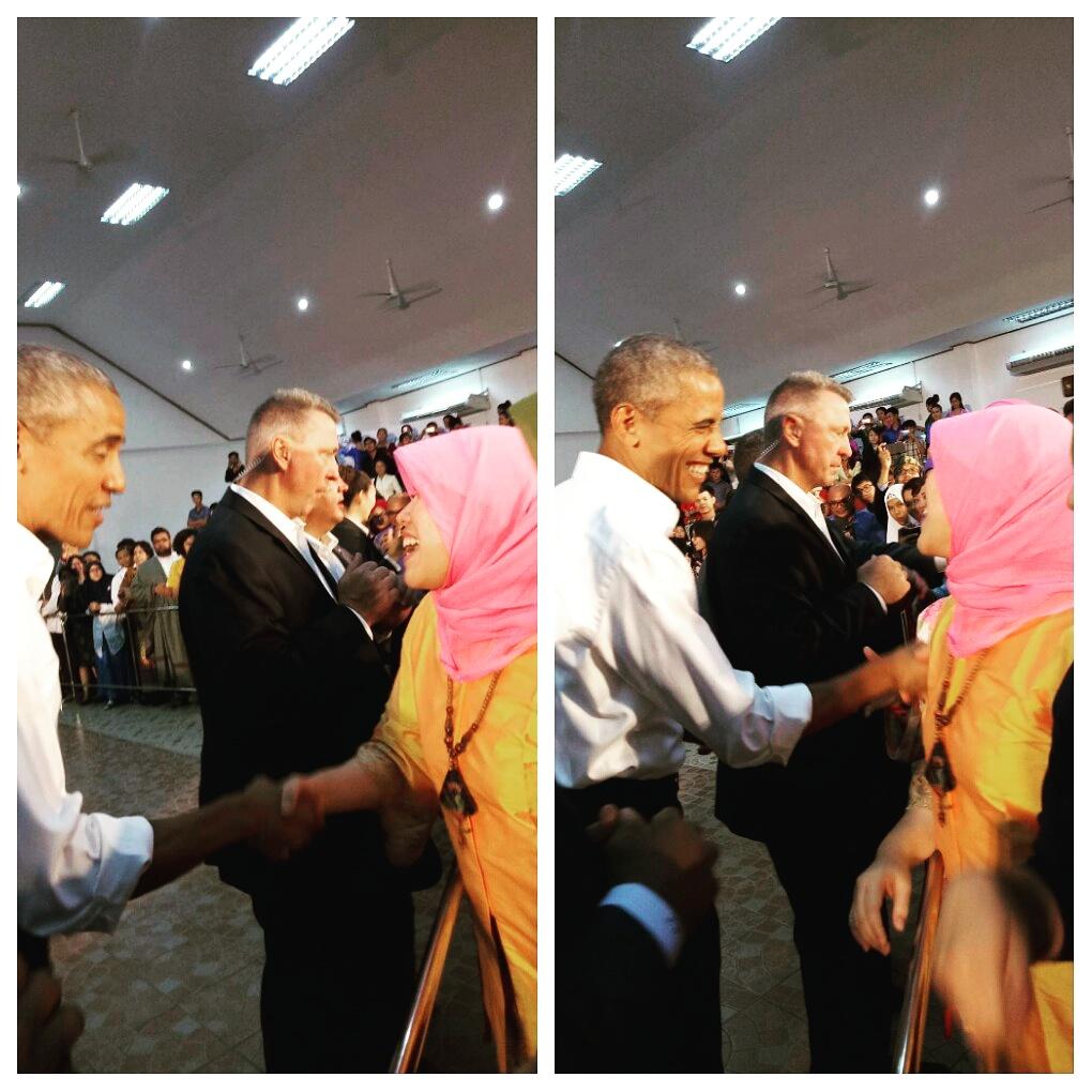 Obama menyelamati pendiri Deaf Cafe Fingertalk, Dissa Ahdanissa, di Laos, pada 7 September 2016. Foto istimewa