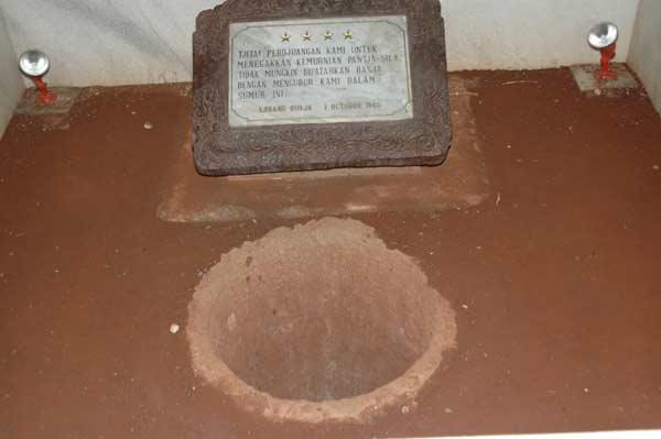 LUBANG BUAYA. Lubang yang digunakan untuk mengubur jasad tujuh jenderal TNI Angkatan Darat usai diculik dan dibunuh dalam peristiwa G30S. Foto diambil dari Wikipedia