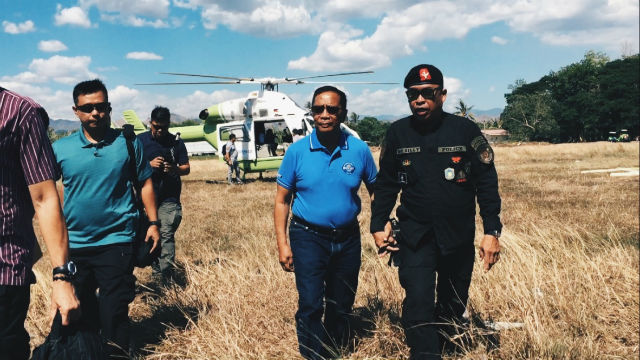 CLOSE CONNECTIONS. Binay during his arrival in Alabel town, Sarangani on April 19. Photo by Mara Cepeda/Rappler