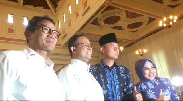 Pasangan cagub-cawagub DKI Jakarta 2017, Anies-Sandi (kiri) dan Agus-Sylviana (kanan), menghadiri pengumuman penetapan oleh KPUD Jakarta, pada 24 Oktober 2016. Foto oleh Ursula Florene/Rappler