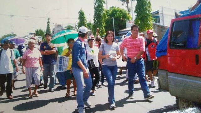 WITH THE FARMERS. Leni Robredo with her husband in November 2007, supporting the Sumilao Farmers on their march to Manila. Photo from the Leni Robredo for Vice President 2016 Facebook page