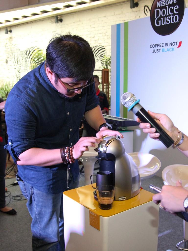 Rama mempraktikkan cara membuat latte art sederhana dengan NDG Genio. satu perlengkapan yang harus digunakan saat membuat latter art adalah milk jug. Foto oleh Nescafe Dolce Gusto.