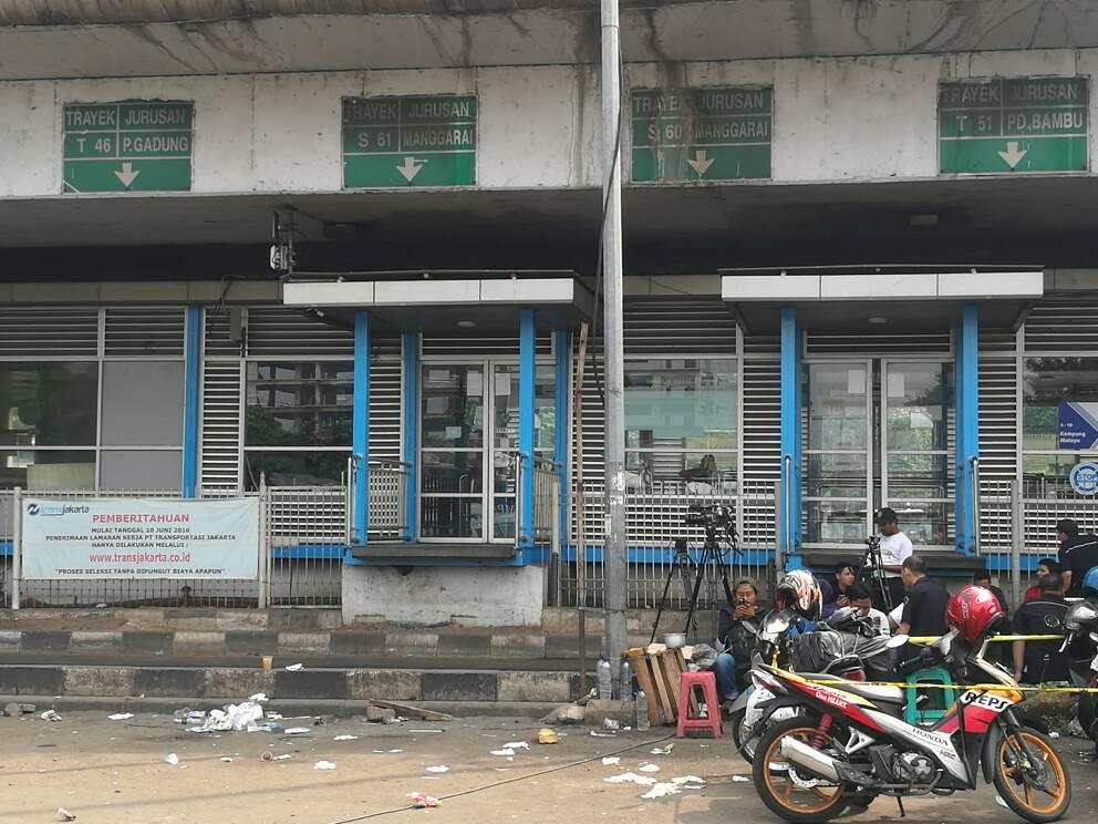 Halte Bus Transjakarta Kampung Melayu terkena imbas ledakan bom bunuh diri yang terjadi pada Rabu malam, (24/5). Foto Istimewa