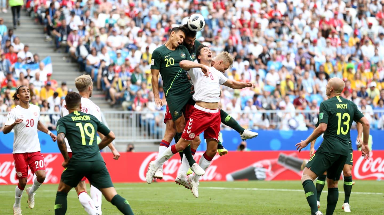 SENGIT. Pertarungan antara Denmark dan Australia berlangsung sengit dan berakhir seri dengan skor 1-1. Foto dari FIFA.com