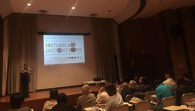 TASK OF HISTORIANS. Historian Filomeno Aguilar Jr delivers his keynote speech at the Philippine Historical Association's national conference. Photo by Pia Ranada/Rappler
