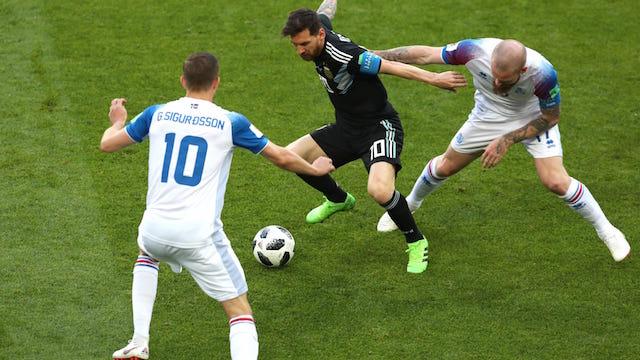 DIKEPUNG. Gylfi Sigurdsson dan Aron Gunnarsson (Iceland) mengepung Lionel Messi (Argentina) di pertandingan perdana grup D, Sabtu, 16 Juni. Foto dari FIFA.com