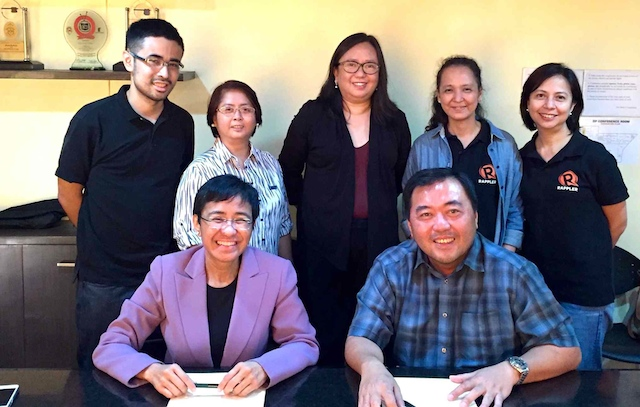 ELECTION PARTNERS. Rappler CEO and executive editor Maria Ressa (seated, left) signs the partnership agreement with Sun.Star president Julius Neri Jr. With them are (L-R) Ryan Macasero, Rappler Cebu correspondent; Sun.Star Network Exchange editor-in-chief Nini Cabaero and Isolde Amante, editor-in-chief of Sun.Star Cebu; Rappler news editor Gigi Go; and Rappler investigative news head Chay Hofileu00f1a. Photo by Chay Hofileu00f1a/Rappler